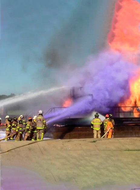 Imagem da equipe de combate a incêndios em ação